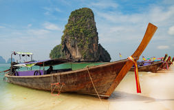 Barcos tradicionais do longtail na praia de Railay Imagens de Stock