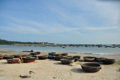 Barcos tradicionais em Vietnam fotografia de stock royalty free
