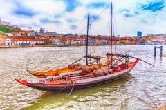 Barcos tradicionais no rio de Douro, Porto, Portugal imagens de stock royalty free