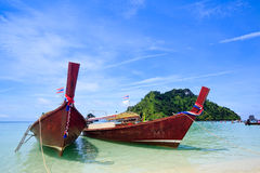 Barcos tradicionais tailandeses no console de Krabi Imagens de Stock Royalty Free