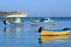 Barcos tradicionales coloridos en Malta imagenes de archivo
