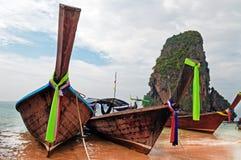 Barcos tradicionales del longtail en la playa de Railay Foto de archivo