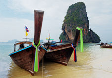 Barcos tradicionales del longtail en la playa de Railay Fotos de archivo libres de regalías