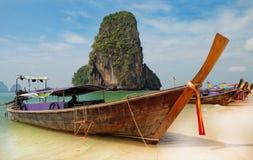 Barcos tradicionales del longtail en la playa de Railay Imagenes de archivo