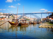 Barcos tradicionales del vino de Oporto, Oporto, Portugal Fotos de archivo libres de regalías