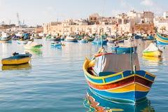 Barcos tradicionales mediterráneos coloridos del pescador en Marsaxlokk, Malta Imagen de archivo
