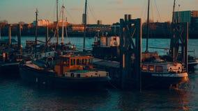 Barcos tradicionales por el río Támesis almacen de metraje de vídeo