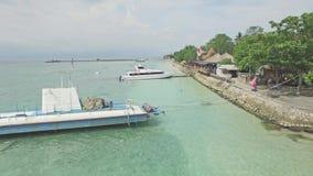 Barcos tropicales 4k aéreo de la naturaleza de Bali del puerto de Nusa Penida metrajes