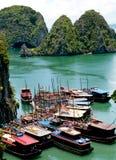 Barcos turísticos, bahía de Halong, Vietnam Foto de archivo
