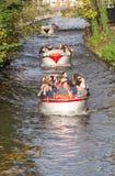Barcos turísticos en Brujas, Bélgica Fotos de archivo libres de regalías