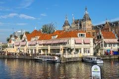 Barcos turísticos en el canal de Amsterdam, los Países Bajos fotos de archivo