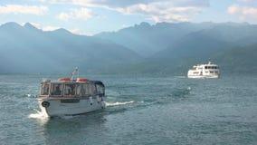 Barcos turísticos en el lago Maggiore metrajes