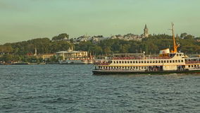 Barcos turísticos en Estambul Imágenes de archivo libres de regalías