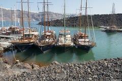 Barcos turísticos en Nea Kameni Fotografía de archivo