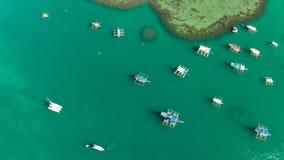 Barcos turísticos en una bahía con agua azul almacen de metraje de vídeo