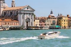 Barcos turísticos enfrente de la iglesia de Santa Maria del Rosario Ge fotos de archivo libres de regalías