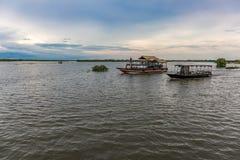 Barcos turísticos que navegan abajo de un río debajo del cielo azul Fotografía de archivo