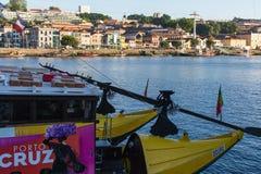 Barcos turísticos en el río del Duero en Ribeira, centro histórico de Oporto Fotografía de archivo