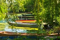 Barcos velhos coloridos do pescador na sombra em Danube River Fotografia de Stock Royalty Free