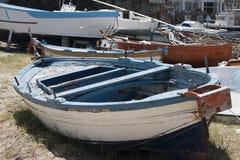 Barcos velhos na areia imagem de stock