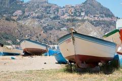Barcos velhos na areia fotografia de stock royalty free