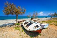 Barcos velhos na praia de Maleme na Creta Fotografia de Stock