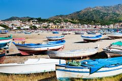 Barcos velhos na praia, Sicília Fotos de Stock Royalty Free