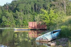 Barcos velhos no banco de rio fotografia de stock royalty free
