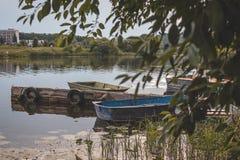 Barcos velhos no cais foto de stock