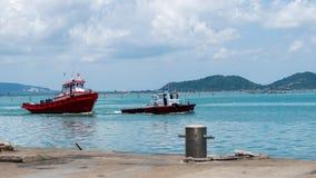 Barcos vermelhos do reboque na lagoa de Songkhla Imagens de Stock Royalty Free