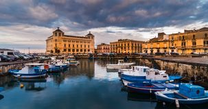 Barcos viejos de la ciudad de Italia, Sicilia, Syracuse en la hora azul portuaria metrajes