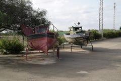 Barcos viejos dejados a la putrefacción foto de archivo