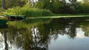 Barcos viejos en el río metrajes