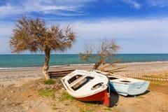 Barcos viejos en la playa de Maleme en Creta Foto de archivo libre de regalías