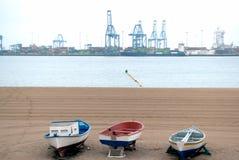 Barcos viejos que hacen frente al muelle foto de archivo