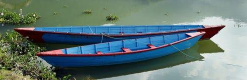 Barcos vivos del color en el lago Phewa Fotos de archivo libres de regalías