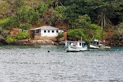 Barcos y casa en la bahía de Paraty imagen de archivo
