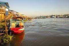Barcos y casas de Chau doc. en Vietnam imágenes de archivo libres de regalías