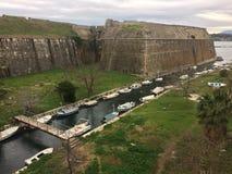 Barcos y castillo de río imagen de archivo