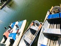 Barcos y catamaranes en un lago de la charca en un canal del río con verde fotos de archivo libres de regalías