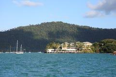 Barcos y centro turístico en la playa de Airlie Foto de archivo