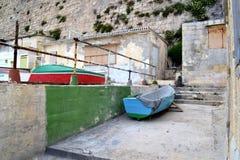 Barcos y chozas de pesca en la costa Foto de archivo