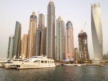 Barcos y edificios en el puerto deportivo de Dubai Fotografía de archivo