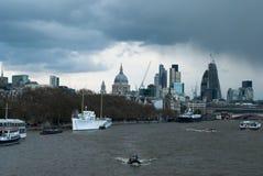 Barcos y edificios por el Támesis Imagen de archivo libre de regalías