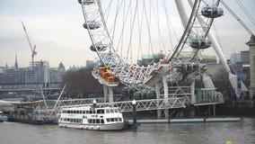 Barcos y el río Támesis en Londres central con el embarcadero de London Eye, Londres, Reino Unido almacen de metraje de vídeo