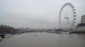Barcos y el río Támesis en Londres central con el embarcadero de London Eye, Londres, Reino Unido metrajes