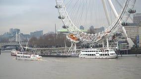 Barcos y el río Támesis en Londres central con el embarcadero de London Eye, Londres, Reino Unido almacen de video
