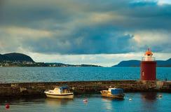 Barcos y faro en puerto. Alesund, Noruega Fotografía de archivo libre de regalías