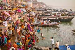 Barcos y gente en los ghats del río Ganges Foto de archivo libre de regalías