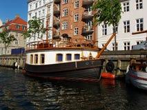 Barcos y hogares en Copenhague imagen de archivo